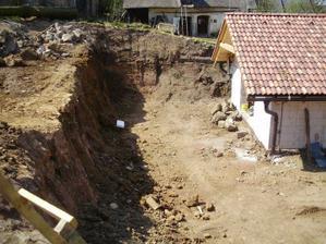 priestor na terasu hotový, ešte trochu znížiť svah, urobiť terasy a oporný múr