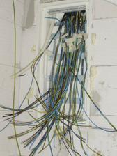 tak tento obrázok ma fascinuje. V tomto maličkom domčeku máme naťahaných vyše 400 metrov kábla....