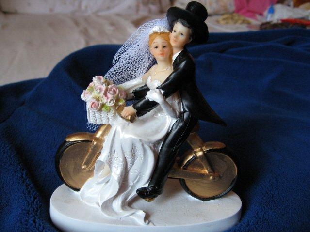 V + M = 28.8.2010 - Nase postavicky na tortu:) Nase 1.rande sa odohralo na bicykli a moj drahy je biker, tak som happy ako blcha, ze som taketo postavicky nasla :)
