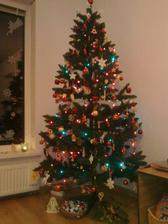 A náš prvý stromček v domčeku-farebný :)