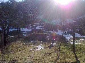 Posledný sneh na konci našej záhrady