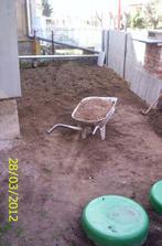 Konečne som sa pustila do záhradky pred domom