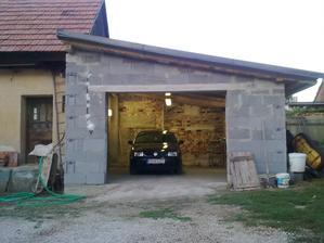 No bez svetla by to v garáži nešlo :)