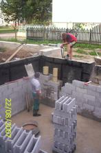 Vnútorná stena pivnice,komín a samozrejme voda!!!