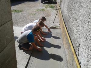 Betónovali sme medzierku medzi nami a susedmi a naše deti dokončili :)