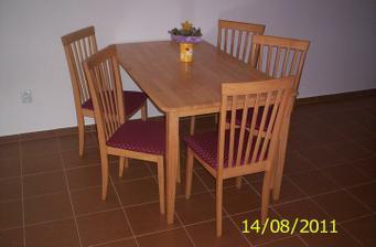 A máme nový kráááásny stôl a 6-stoličiek,vidíte len 5-stoličiek???Vidíte dobre :(