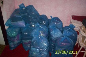 """A naše oblečenie""""iba""""13 vriec šatstva :) a ja si nemám stále čo obliecť :) :) :)"""