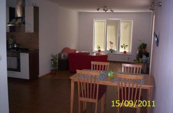 Pohľad z chodby do kuchyne a obývačky