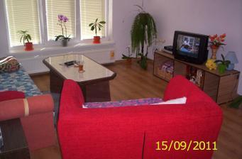 Obývačka zatiaľ dočasne zariadená len takto,ale raz..... bude tiež nová krásna moderná,ale teraz sme radi že máme aspom takúto :)