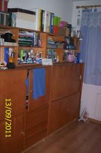 Izba-tu sme skovali zatiaľ všetko čo ešte nemá svoje miesto,ja viem nábytok je z roku raz-dva ale sú to skrinky čo nám kúpili ešte moji rodičia do detskej izby pred 28 rokmi,no čo citový vzťah :)