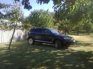 """Moja""""kolenačky""""sadená trávička,no ale takéto pekné auto som dovolila na ňu odparkovať,len škoda že nie je naše :("""