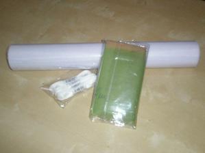...kousek z vyzdoby na auta(bílý tyl a zelený tyl na kapotu),taftové stuhy na okénka