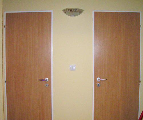 Predstava o byvani - lampa a nove dvere, stena zlta vanilka