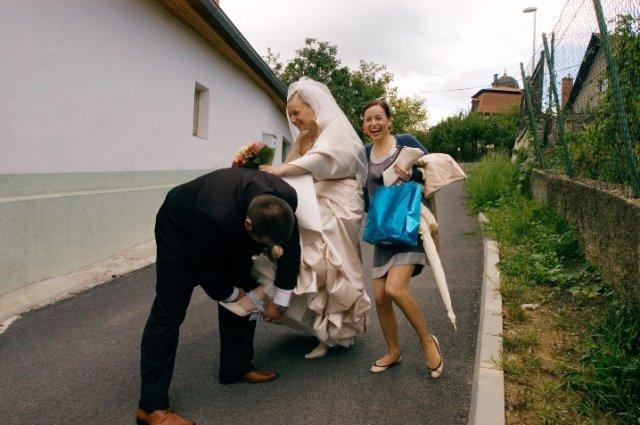 Zuzka{{_AND_}}Petrík - takto som este pred svadbou prisla o podvazok