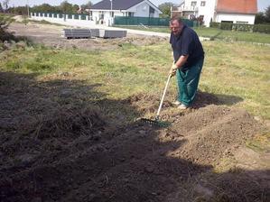 dedko nam uz aj lan zalozil, mame zasadene zemiaky, cesnak, cibulu, zeler a na kope pokosenej travy (skoro kompost) mame cuketu a tekvicu :D