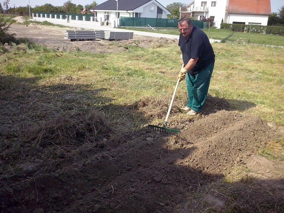 Dalsi level - zo stareho skoro nove - dedko nam uz aj lan zalozil, mame zasadene zemiaky, cesnak, cibulu, zeler a na kope pokosenej travy (skoro kompost) mame cuketu a tekvicu :D