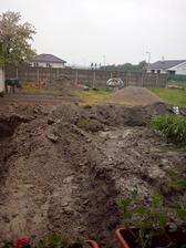 tochen prsalo, v pozadi vytiahnuta cisticka a krasny vykop pre kanalizaciu