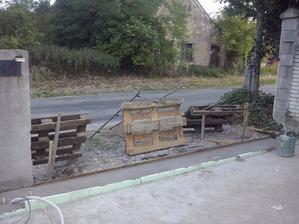 brana demontovana, rozbity povodny beton pod vodiacou tycou, kedze bol krivy a novy, pekny a hlavne rovny beton