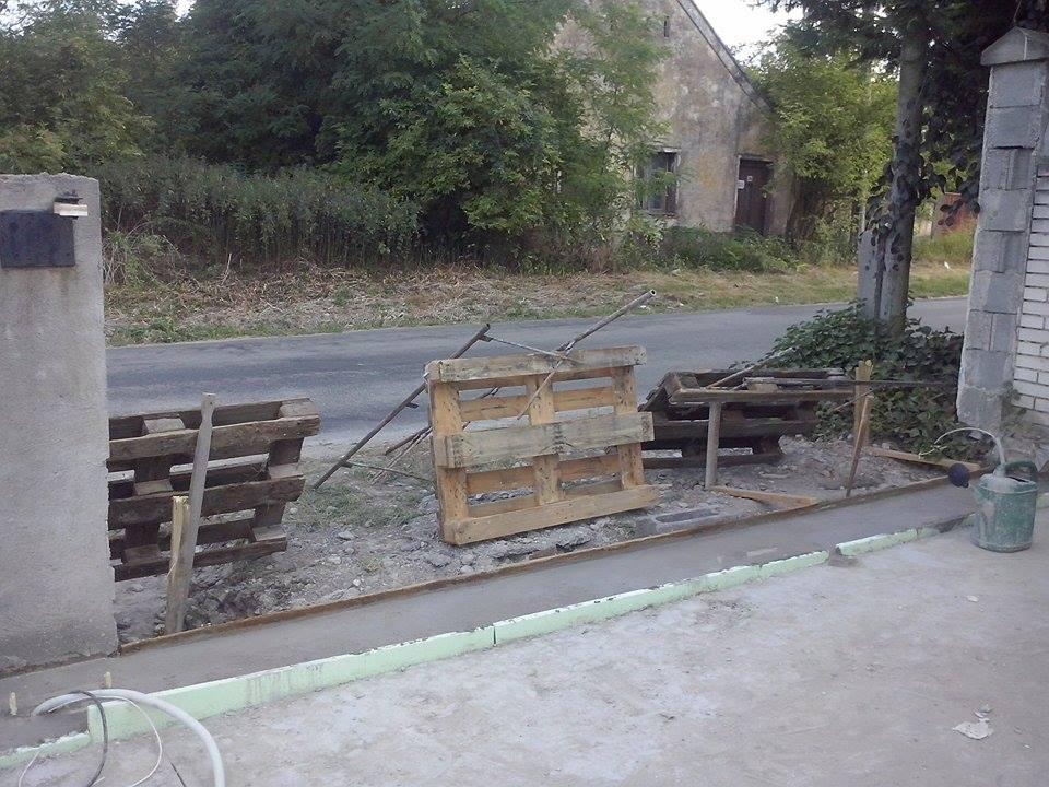 Dalsi level - zo stareho skoro nove - brana demontovana, rozbity povodny beton pod vodiacou tycou, kedze bol krivy a novy, pekny a hlavne rovny beton