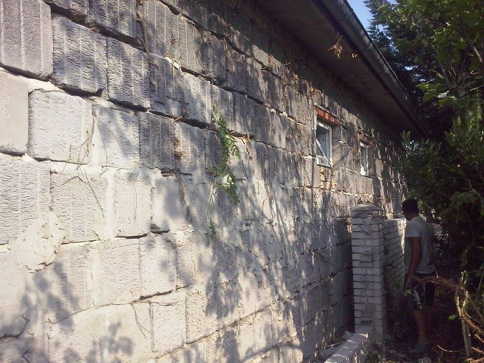Dalsi level - zo stareho skoro nove - buranie plota od suseda, aby sme mohli ohodit a zateplit tuto nestastnu stenu