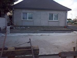 spravene okapove chodniky a zarovnana plocha pred domom