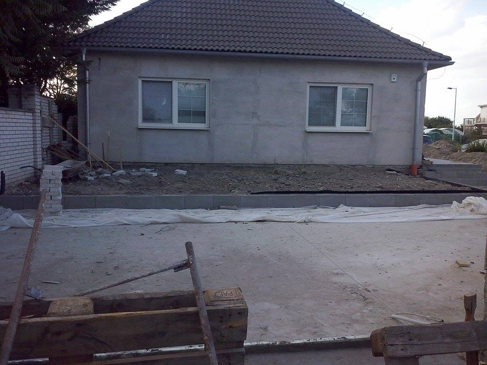 Dalsi level - zo stareho skoro nove - spravene okapove chodniky a zarovnana plocha pred domom
