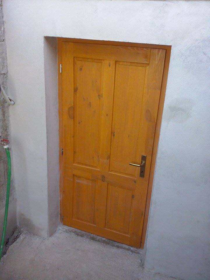 Dalsi level - zo stareho skoro nove - dvere do pivnice osadene