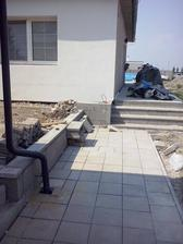 chodnik od branky ku verande hotovy