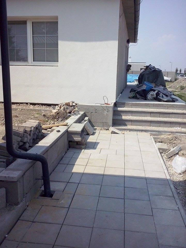 Dalsi level - zo stareho skoro nove - chodnik od branky ku verande hotovy