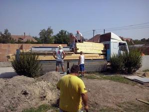 doviezli drevo na prekrytie terasy