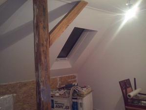 izba skolacky uz aj natreta, pod okno pojde dreveny obklad, ze su to OSB dosky ani nie je vidno