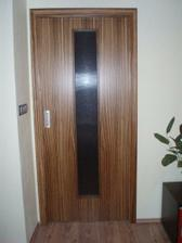 dveře z obýváku do chodby-všechny dveře od firmy Sapeli