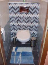záchod-stejné obklady jako v koupelně