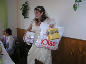 nevěsta se svatebními dary