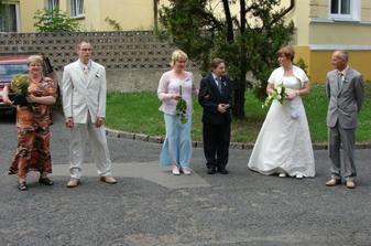 Ženich s maminkou,svědci a nevěsta s tatínkem