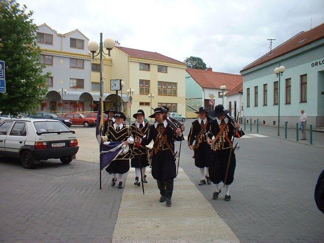 Jana Konečná{{_AND_}}Antonín Klimeš - A mušketýři v akci, jdou do obřadní síně, budou nám dělat špalír! :-)