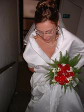 Já, moje soustředění na schody a šaty, a moje kytička!