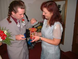 Nastávající připravuje s paní matrikářkou prstýnky do námi přinesené dekorace...