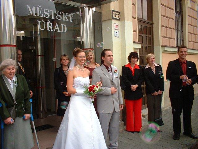 Jana Konečná{{_AND_}}Antonín Klimeš - Tak už jsme svoji! A máme fotku s bublinkama :-) Právě čekáme na slavnostní salvu mušketýrů