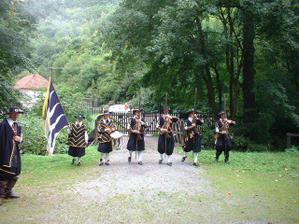 A už jsme na Švýcárně, kde nás uvítali mušketýři opět slavnostní salvou!