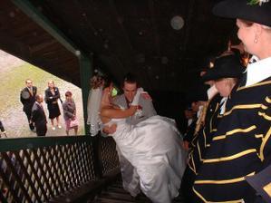 Ke svatební tabuli mě měl manžel přenést přes práh. Bohužel k němu vedlo pár schůdků... :-)