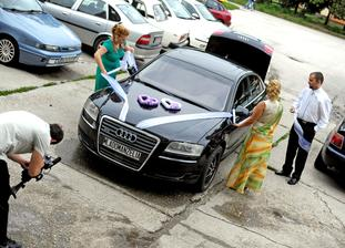 zdobenie nášho svadobného autíčka :)