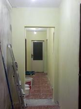 a tu už namaľované steny - chodba (pohľad od vchodových dverí) ešte s pôvodnou dlažbou