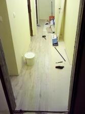 a tu je chodba už s položenou vinylovou podlahou