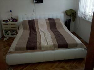 nová posteľ s novým prehozom...ešte nočné stolíky z materiálu z akého je roldor
