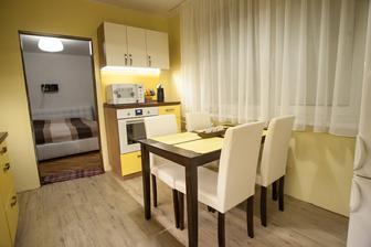 konečne máme stôl aj stoličky, novú záclonu, časom bude aj nová chladnička :)