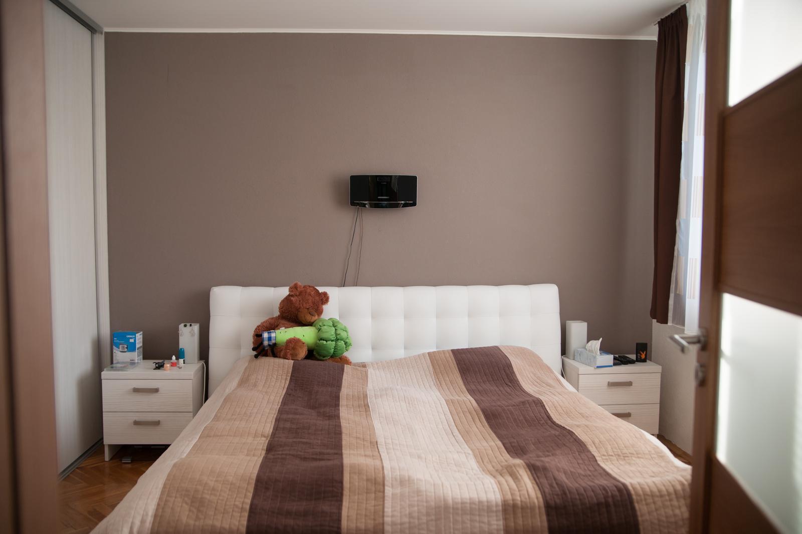 Náš bytík - takto som si zmyslela nafarbiť stenu aby vynikla biela postel a biely nábytok :)