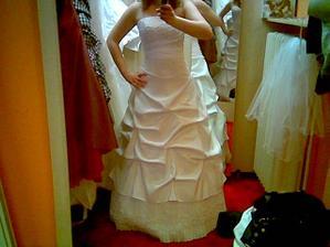 šaty 1 Pardubice - nelíbí se mi řešení spodní části...