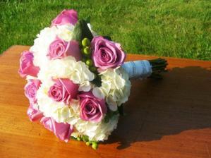 květinu už mám vybranou - budou bílé růže a růžová hortenzie...tedy naopak, než jeto na obrázku