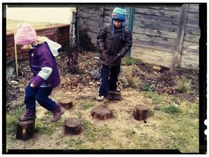 Zimna praca na zahrade priniesla ovocie, dreveny prvok pre deti vyuzijeme pocas celeho roka